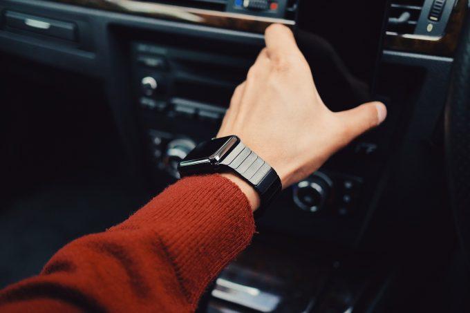 Hand einer Person in einem Auto